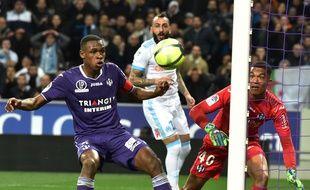 Le capitaine du TFC Issa Diop et le gardien Alban Lafont face à l'OM de Kostas Mitroglou, le 11 mars au Stadium de Toulouse.