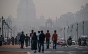 Des piétons dans une rue de New Delhi lors d'un jour de forte pollution, le 1er décembre 2015 en Inde