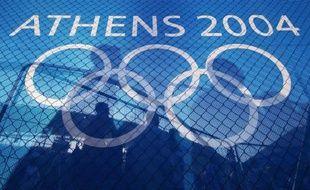 Le Comité international olympique (CIO) a décidé mercredi de retirer leurs médailles à quatre athlètes montés sur le podium lors des jeux Olympiques d'Athènes en 2004 suite à de nouvelles analyses de leurs tests antidopage montrant qu'ils étaient positifs aux stéroïdes à l'époque.