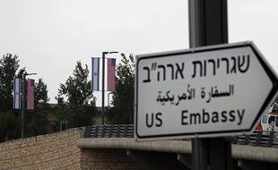 Un panneau indiquant l'ambassade des Etats-Unis, qui ouvrira le 14 mai 2018, a été installé à Jérusalem le 7 mai 2018.