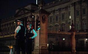 Des officiers de police surveillent les alentours de Buckingham Palace alors qu'un homme a tenté de s'attaquer aux autorités vendredi soir.