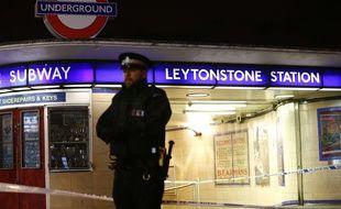 La station de métro Leytonstone fermée par la police après une attaque au couteau, le 5 décembre 2015.