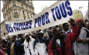 """Fêtant """"la victoire du Contrat première embauche"""" (CPE), les militants syndicaux parisiens avaient tous à la bouche, lundi, le """"retrait du CNE"""" (contrat nouvelle embauche, grand frère du CPE), tandis que le projet de loi Sarkozy sur l'immigration faisait l'unanimité contre lui."""