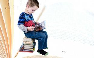 Un enfant lisant. Certains enfants TDAH ont des difficultés pour se concentrer, faire une tâche jusqu'au bout, sont impulsifs et parfois, mais pas toujours cette hyperactivité intellectuelle se double d'une hyperactivité mobile.