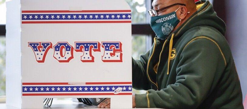 Un homme enregistre son vote, dans le Wisconsin, le  20 octobre 2020.