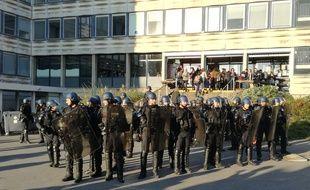Les gendarmes mobiles sont intervenus ce mardi matin sur le campus de Rennes pour libérer et sécuriser l'accès aux bâtiments.