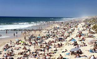 La plage de Lacanau est très prisée pendant la saison estivale.