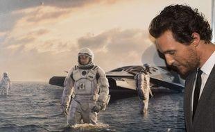Mattew McConaughey devant l'affiche d'Interstellar