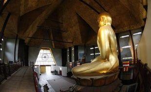 La statue dorée du Bouddha de la Grande Pagode du bois de Vincennes, le 29 mai 2015