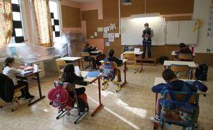 Un enseignant face à ses élèves à Gignac en mai 2020 (photo d'illustration)