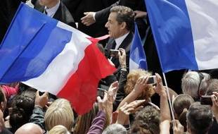 Nicolas Sarkozy entouré de ses partisans lors d'un meeting pendant la campagne présidentielle