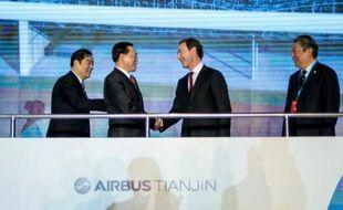 (De G à D) L'adjoint au maire de Tianjin Duan Chunhua, le vice-ministre de la Commission nationale du développement et de la réforme Lin Nianxiu, le PDG d'Airbus Fabrice Brégier et le président d'Aviation Industry Corporation of China Lin Zuoming à Tianjin le 2 mars 2016