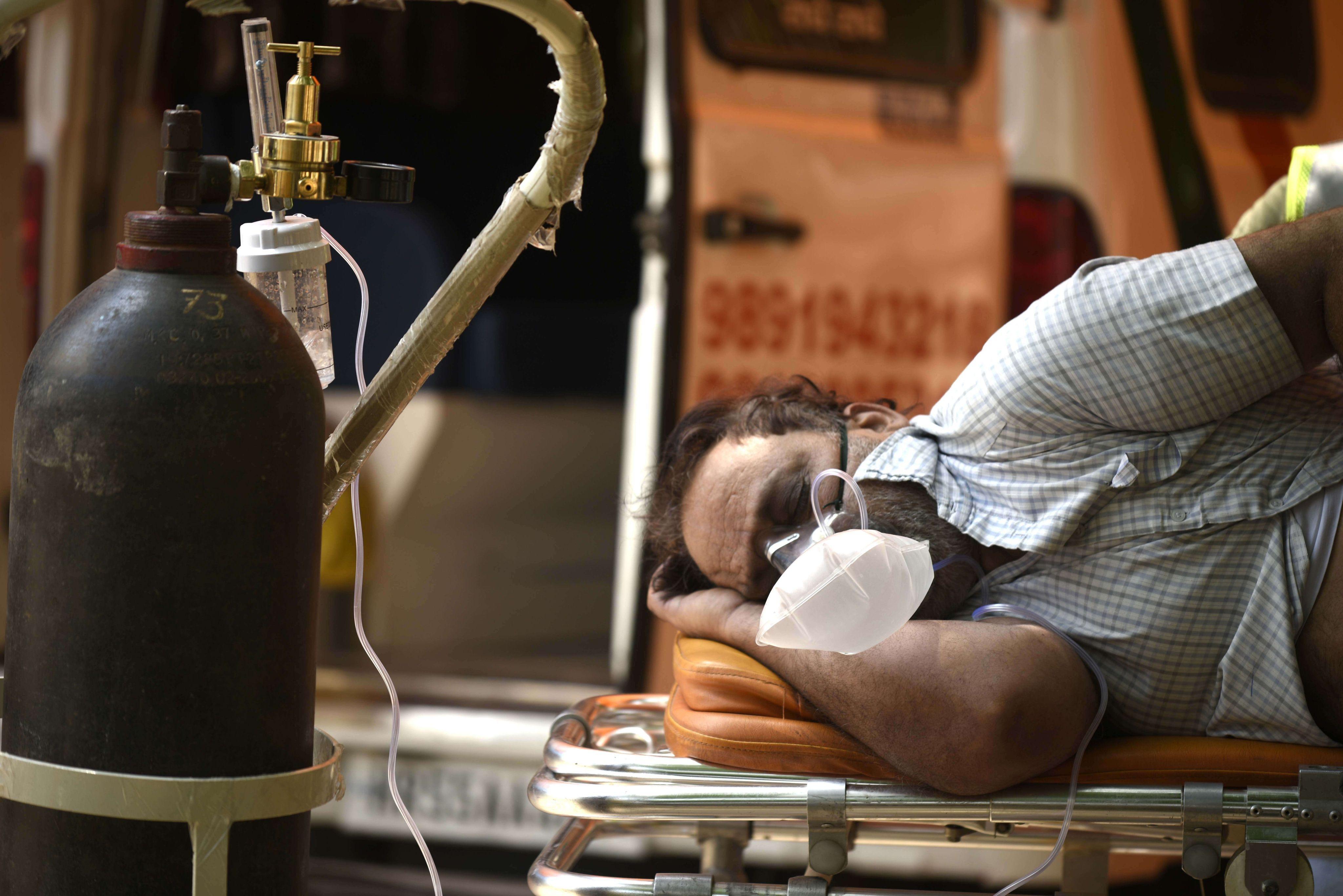 Les hôpitaux indiens saturés et à court d'oxygène peinaient toujours à sauver des malades ce lundi 3 mai 2021