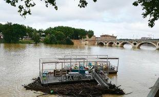 Avec la montée des eaux, la guinguette flottante du quai de Tounis, à Toulouse, a pris un peu le large.
