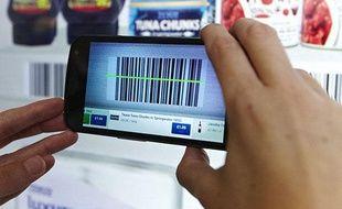 Un voyageur fait ses courses de manière virtuelle à l'aéroport de Gatwick à Londres grâce à son smartphone.