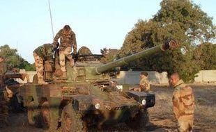 La France continue de renforcer son dispositif militaire terrestre au Mali, avec l'envoi de troupes supplémentaires et d'hélicoptères de combat, a-t-on appris jeudi auprès de l'état-major des armées.