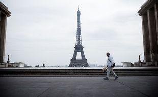 Le 17 Mars 2020, sur l'esplanade du Trocadéro, en face de la Tour Eiffel, à Paris.