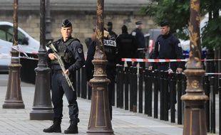 Un policier en faction devant la préfecture de police de Paris après l'attaque au couteau le 3 octobre 2019.