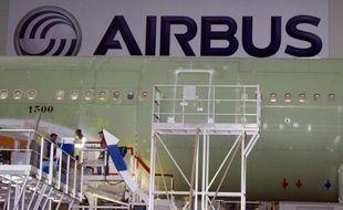 Airbus, qui pulvérisait les records en 2011, peine à décoller cette année: ses ventes progressent lentement, son futur A350-1000 ne convainc pas et ses superjumbos A380 devront subir de nouvelles inspections en raison de microfissures.