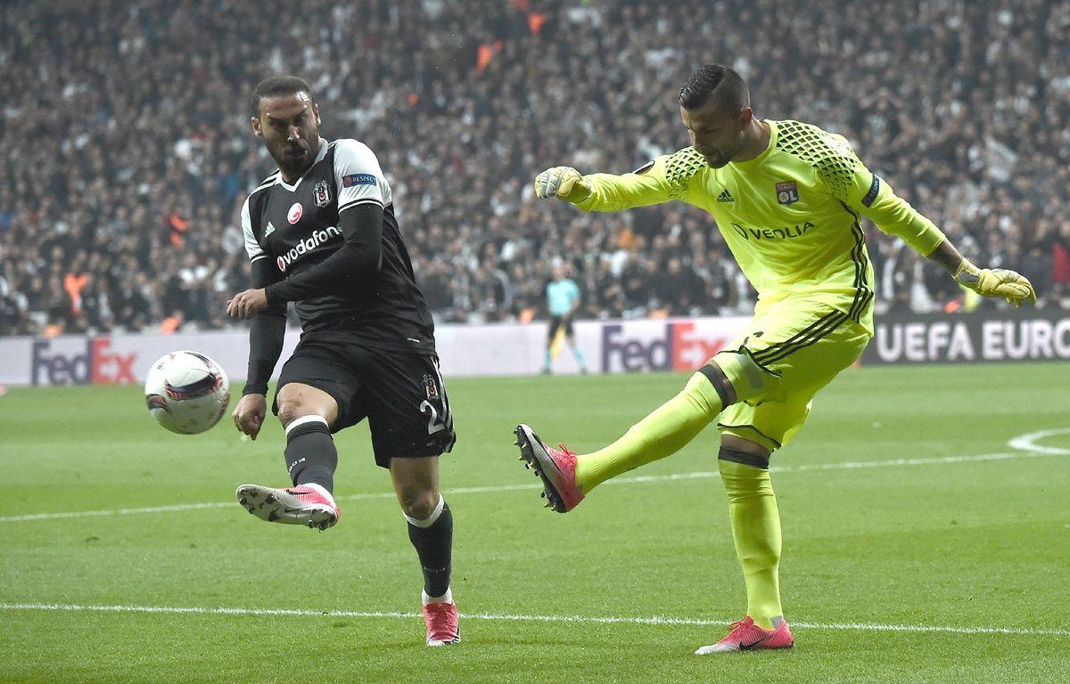 Anthony Lopes (à droite) a arrêté deux penaltys contre le Besiktas – OZAN KOSE / AFP