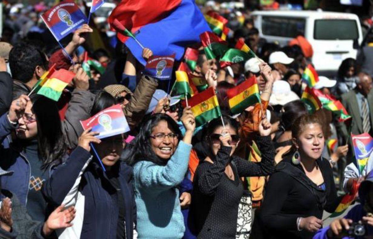 """""""La Paz est avec vous"""": avec des applaudissements, des cris, des poignées de main, des milliers de """"Pacenos"""" ont accueilli mercredi la longue marche de protestation d'indiens amazoniens boliviens contre un projet de route à travers leur territoire. – Aizar Raldes afp.com"""