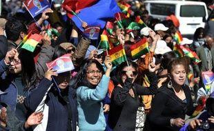 """""""La Paz est avec vous"""": avec des applaudissements, des cris, des poignées de main, des milliers de """"Pacenos"""" ont accueilli mercredi la longue marche de protestation d'indiens amazoniens boliviens contre un projet de route à travers leur territoire."""