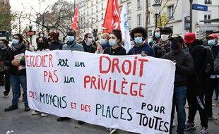 Des étudiants manifestent conte la loi de programmation de la recherche à Paris, le 24 novembre 2020.