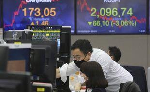 Des traders en Corée du Sud le 24 février 2020, alors que les Bourses ont dévissé face à l'avancée du coronavirus.