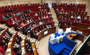 Les membres de la convention citoyenne pour le climat réunis en hémicycle, le dimanche 9 février, lors de leur cinquième week-end de travail.