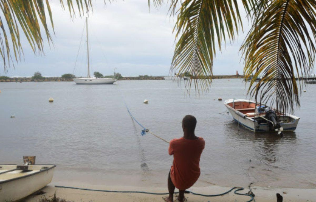 En Martinique, les pêcheurs tentent de mettre à l'abri leur bateau avant le passage de l'ouragan. – Dominique Chomereau-Lamo