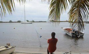 En Martinique, les pêcheurs tentent de mettre à l'abri leur bateau avant le passage de l'ouragan.