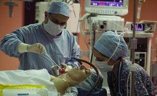 Illustration d'une opération sous hypnose.