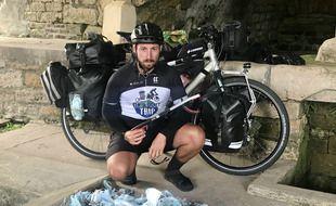 Florian Danielo a déjà ramassé plus de 400 masques jetés sur le bord des routes depuis son départ début septembre.