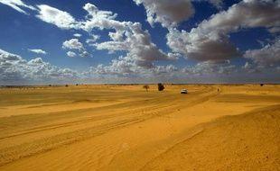 Un véhicule circule le long de la frontière du désert du Sahara à Forgho, dans le nord du Mali, le 7 août 2003.