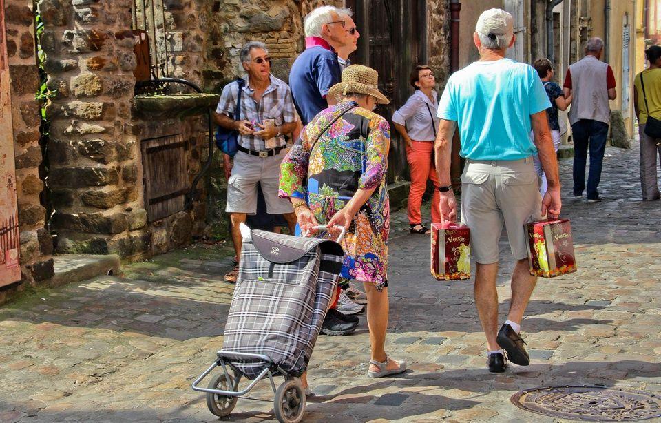 Hausse de la CSG: «Il ne faut pas mettre tous les retraités dans le même panier» 960x614_couple-retraites-mans-illustration