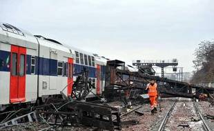 Le RER C immobilisé à Choisy-le-Roy après la chute sur la voie d'un bloc de béton, lundi 21 décembre 2009.