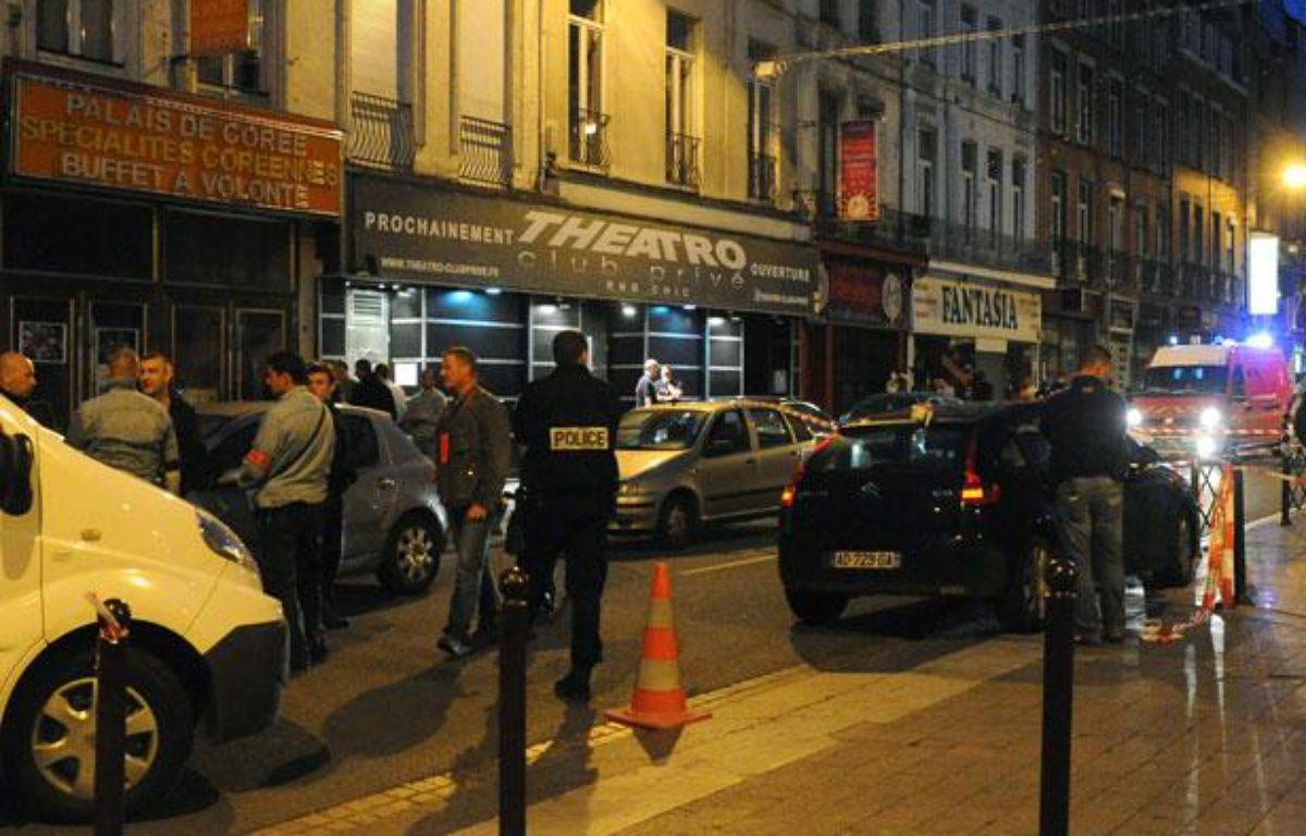 La police enquête sur les lieux de la fusillade qui a coûté la vie à deux personnes devant la discothèque «Theatro» à Lille, le 1er juillet 2012. – AFP PHOTO / FRANCOIS LO PRESTI
