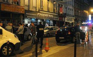 La police enquête sur les lieux de la fusillade qui a coûté la vie à deux personnes devant la discothèque «Theatro» à Lille, le 1er juillet 2012.