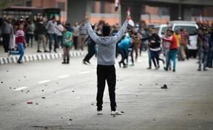 Des supporter du président Abdel Fattah al-Sissi affrontent un manifestant anti-gouvernement au Caire le 25 janvier 2015