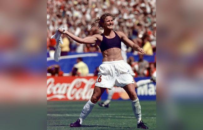 La joueuse américaine Brandi Chastain célèbre son penalty victorieux en finale du Mondial 1999.