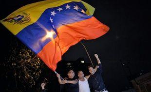 Joie des militants de l'opposition vénézuélienne après leur victoire aux élections parlementaires, à Caracas le 6 décembre 2015