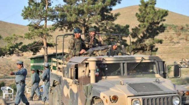 Des talibans ont lancé dans la nuit de jeudi à vendredi une attaque-suicide dans un hôtel près de Kaboul qui a fait au moins quatre morts et se poursuivait dans la matinée, ont annoncé l'Otan, la police afghane et des témoins qui sont parvenus à s'échapper. – Massoud Hossaini afp.com