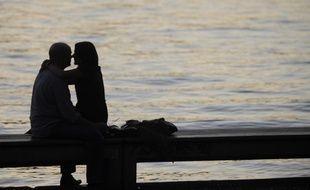 Un couple s'embrasse devant le lac de Zurich