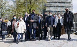 Une vingtaine de dirigeants et cadres de la gauche, dont Sandrine Rousseau (EELV), Benoit Hamon (Generation.s), Olivier Faure (PS), Anne Hidalgo (PS), Julien Bayou (EELV), Yannick Jadot (EELV), Corinne Lepage (Cap Ecologie) après leur réunion en vue de la présidentielle 2022, le 17 avril 2021, à Paris.