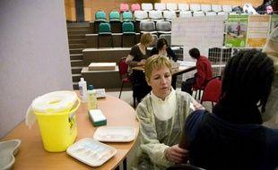 Vaccination contre la grippe A (H1N1) au collègge La Pléiade, à Sevran (Seine-St-Denis), le 25 novembre 2009.
