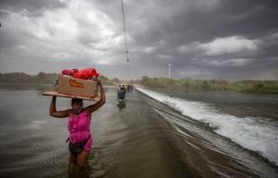 Des migrants haïtiens traversent le Rio Grande alors qu'ils espèrent entrer aux États-Unis via Del Rio, au Texas, depuis Ciudad Acuna, au Mexique, le 18 septembre 2021.