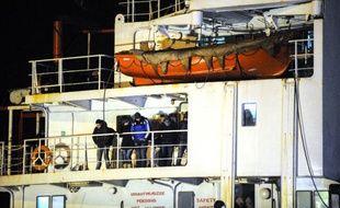 Le cargo Blue Sky M chargé de migrants, à son arrivée le 31 décembre 2014 à Gallipoli