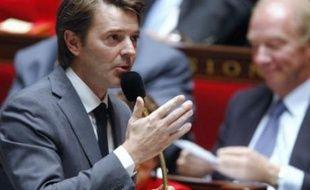 """Le ministre du Budget, François Baroin, a estimé jeudi que l'avis de Bruxelles sur le bouclier fiscal ne remettait pas en cause le calendrier de la réforme fiscale, avec une loi annoncée pour juin 2011, tandis que Jérôme Cahuzac (PS) parle d'un """"boulet qui s'alourdit""""."""