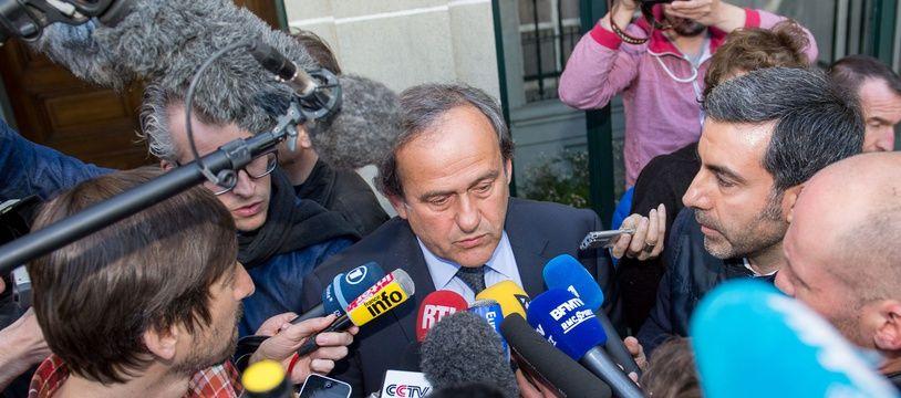 Michel Platini est suspendu quatre ans de toute activité liée au football.