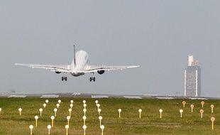 Un avion se pose sur l'aéroport Nantes-Atlantique.